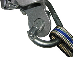 Карабин в отверстии спускового устройства в положении «на излом»